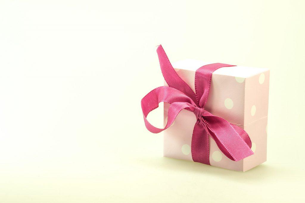 Uniwersalny prezent dla babci lub dziadka? Gotowy kosz prezentowy